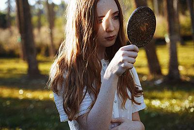 Junges Mädchen zwischen Bäumen - p1694m2291671 von Oksana Wagner