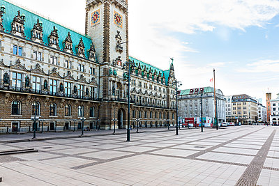 Deserted Townhall Square, Hamburg - p341m2175862 by Mikesch