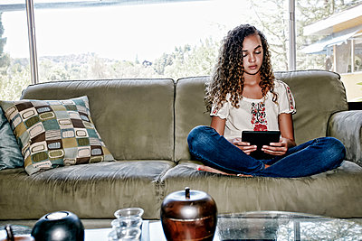 Mixed race girl using digital tablet - p555m1463828 by Peathegee Inc