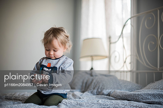 little girl playing with a fidget toy. - p1166m2084957 by Cavan Images