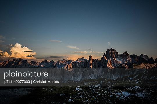 Bergkette in den Dolomiten bei Sonnenuntergang - p741m2077003 von Christof Mattes