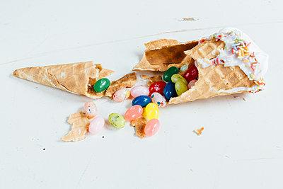 Zerbrochene Eiswaffel gefüllt mit Süßigkeiten - p1085m2172986 von David Carreno Hansen