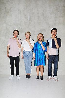 Vier Freunde mit Melone  - p276m2115572 von plainpicture