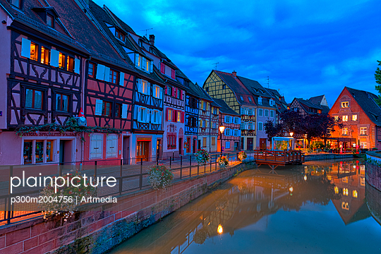 France, Alsace, Colmar, Old town, Petite Venise in the evening - p300m2004756 von Artmedia