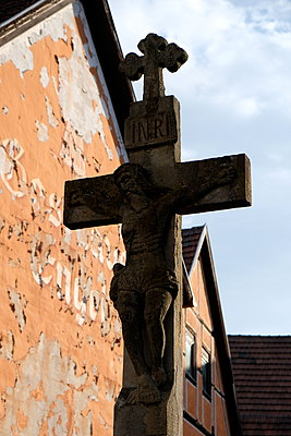 Weathered  cross next to gable, Heidelberg - p132m2168342 by Peer Hanslik
