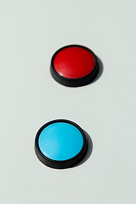 Red and blue push-buttons - p1423m2125761 by JUAN MOYANO