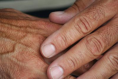 Braune Hände - p1620029 von Beate Bussenius