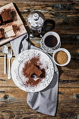 Bitten brownie on plate and cup of coffee - p300m1549642 by Giorgio Fochesato