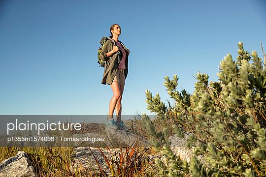 Frau auf einer Bergtour - p1355m1574098 von Tomasrodriguez