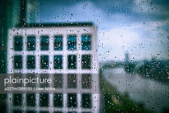 Regen am Main in Frankfurt - p227m1589151 von Uwe Nölke