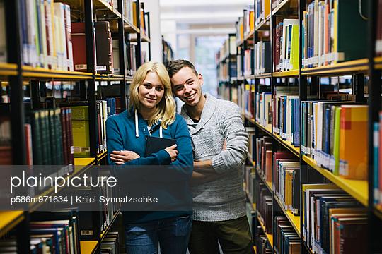 Junges Paar in der Bibliothek - p586m971634 von Kniel Synnatzschke