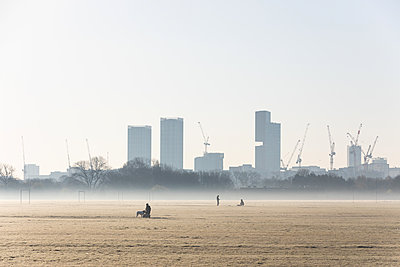 People with London skyline in the background, Social distancing due to Covid-19 - p1291m2181567 by Marcus Bastel