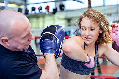 Female martial artist sparring with coach - p300m2059968 by Frank Röder