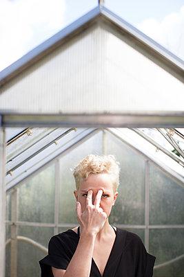 Frau steht im Glashaus - p906m1362772 von Wassily Zittel