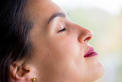 Portrait einer schönen tätowierten Frau - p1212m1440383 von harry + lidy