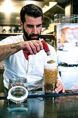 Barkeeper preparing a cocktail - p300m2103265 by Eloisa Ramos
