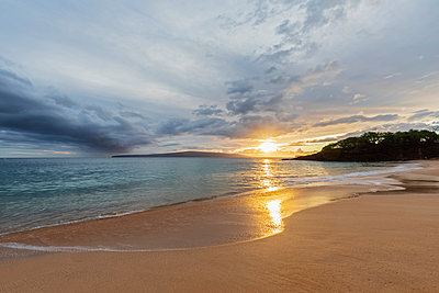 Big Beach at sunset, Makena Beach State Park, Maui, Hawaii, USA - p300m2114183 by Fotofeeling