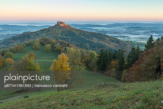 Hohenzollern Castle in autumnal scenery at dawn, Hechingen, Baden-Wurttemberg, Germany, Europe - p871m1561593 by francesco vaninetti