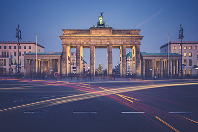 Germany, Berlin, Brandenburg Gate, Place of March 18 in the evening at Christmas time - p300m1204519 by Anke Scheibe