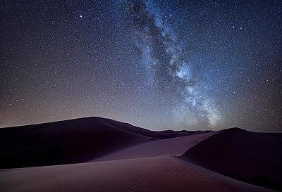 Morocco, Merzouga desert, Milky way over sand dunes - p300m2069548 by Maria Elena Pueyo Ruiz