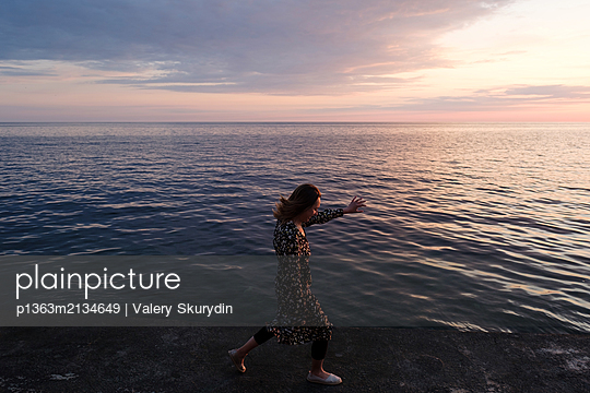 Frau am Meer - p1363m2134649 von Valery Skurydin