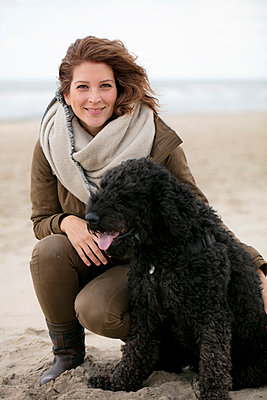 Frau mit Hund - p1212m1181983 von harry + lidy