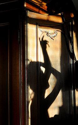 Schatten einer jungen Frau - p1224m2021722 von häseker