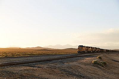 Güterzug durch die Mojave Wüste - p1420m2099938 von Saam Riwa