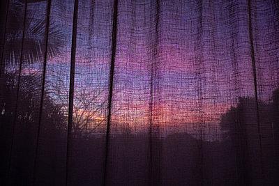 Blick durch durchsichtigen Vorhang - p1532m2090280 von estelle poulalion