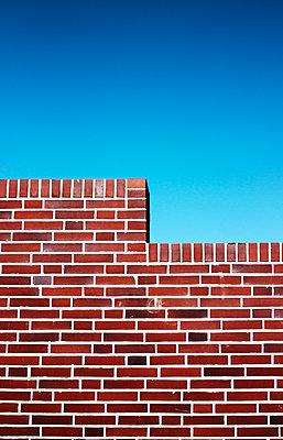 Rote Mauer mit blauem Himmel - p1574m2158140 von manuela deigert