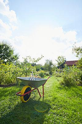 Gartenarbeit - p464m1496642 von Elektrons 08