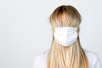Woman wearing face mask during Covid 19 pandemic - p503m2185349 by Fabrice Arfaras