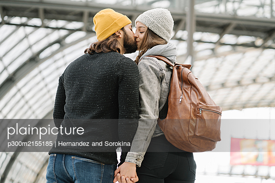 Young couple kissing at the station platform, Berlin, Germany - p300m2155185 by Hernandez and Sorokina