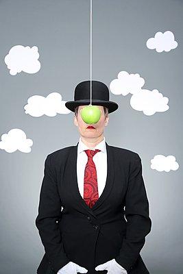 Hommage an Magritte: Sohn des Menschen - p237m1441131 von Thordis Rüggeberg