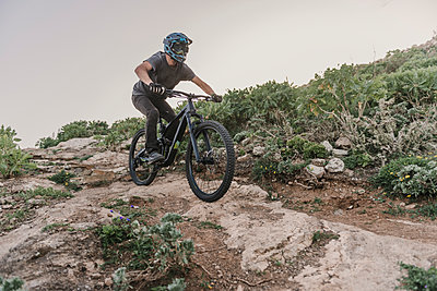 Spain, Lanzarote, mountainbiker on a trail in the mountains - p300m2102682 by Hernandez and Sorokina