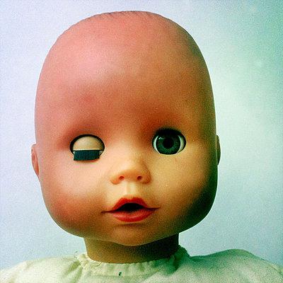 Portrait einer Pupe. Ein Auge offen, eins zu. - p627m1035909 von Christian Reister
