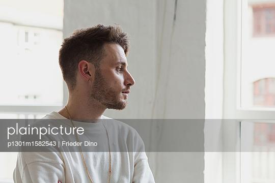 Portrait eines jungen Mannes  - p1301m1582543 von Delia Baum