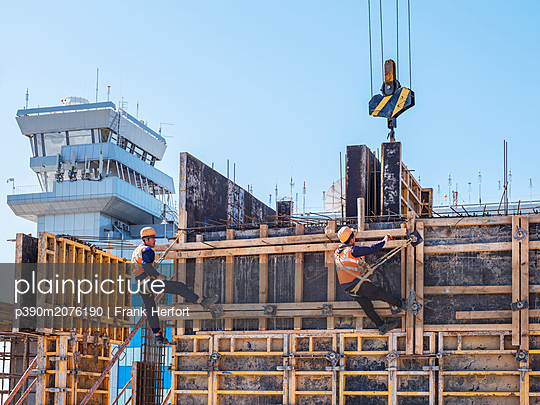 Betonbauer bei der Arbeit - p390m2076190 von Frank Herfort