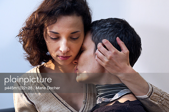 Lesbian couple - p445m1222128 by Marie Docher