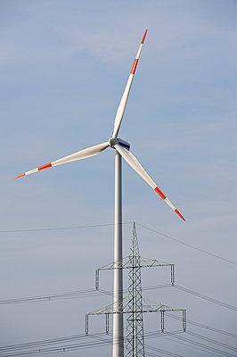 Windrad und Strommast - p1099m1526277 von Sabine Vielmo