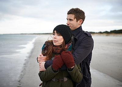 Paar umarmt sich am Strand - p1124m904593 von Willing-Holtz