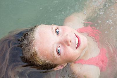 Mädchen im Wasser - p1308m2126758 von felice douglas