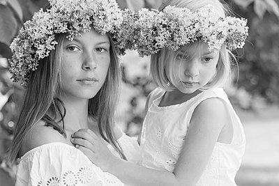 portrait of two girls with floral wreaths  - p1323m1575266 von Sarah Toure