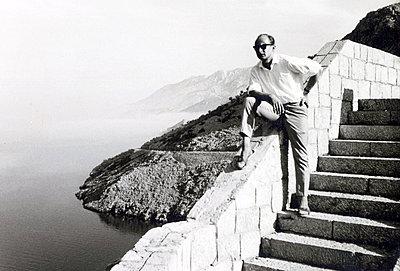 Man with sunglasses on the Adriatic coast - p1541m2116902 by Ruth Botzenhardt