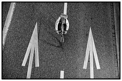 Fahrradfahrer aus Vogelperspektive in Zuerich - p627m1035572 von Peter Rauch