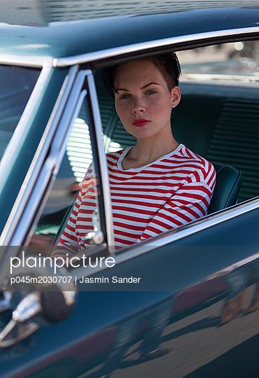 Coole Frau im Pontiac - p045m2030707 von Jasmin Sander