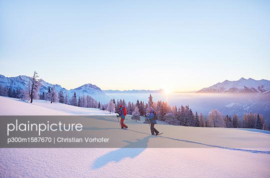 Austria, Tyrol, snowshoe hikers at sunrise - p300m1587670 von Christian Vorhofer