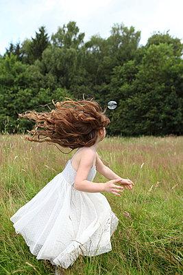 Spielendes Mädchen - p045m944682 von Jasmin Sander