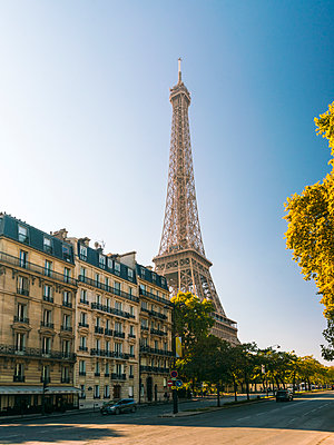 Eiffelturm mit typischen neoklassizistischen Häusern - p1332m1502758 von Tamboly