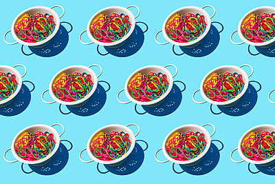 Pattern of colanders with colorful pasta - p300m2198277 by Gemma Ferrando